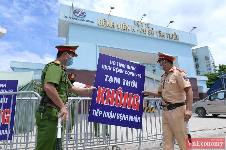 Những tấm biển cảnh báo đã được cất đi để nhường chỗ cho ô tô chở bệnh nhân ra, vào bệnh viện.