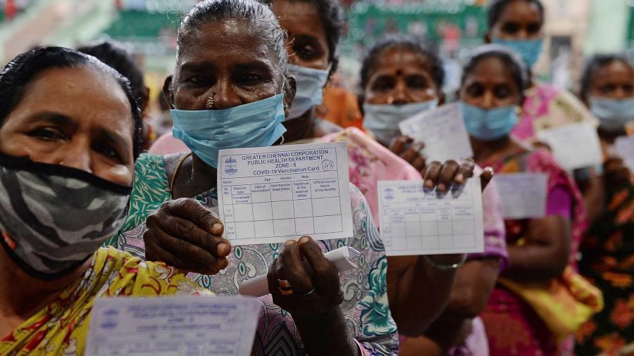 Người dân xếp hàng tiêm vaccine Covid-19 tại Ấn Độ - Ảnh: FT