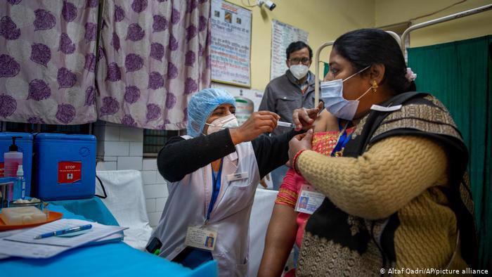 Tiêm vaccine Covid-19 tại một trung tâm y tế ở Ấn Độ - Ảnh: AP
