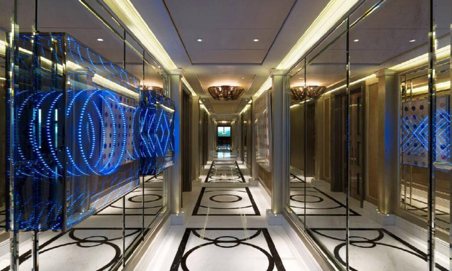 Từng thuộc sở hữu của ông trùm bất động sản London Nick Candy, căn penthouse này có 2 tầng, mỗi tầng rộng gần 850 m2, và tổng cộng 5 phòng ngủ. Candy đã sống tại đây cùng vợ và hai con gái trong khoảng 5 năm. Trong ảnh là hành lang của căn penthouse.