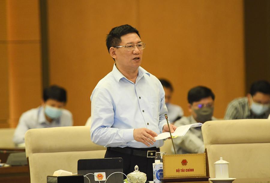 Bộ trưởng Bộ Tài chính Hồ Đức Phớc trình bày báo cáo tại phiên họp - Ảnh: Quochoi.vn