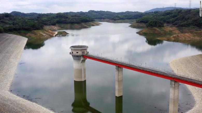 Hồ dự trữ nước Second Baoshan Reservoir ở phía Bắc Đài Loan, nguồn cung cấp nước cho nhà máy của TSMC và các hãng chip khác trong khu công nghệ cao Hsinchu, hiện chỉ còn 30% mức nước bình thường, cho dù mùa mưa ở Đài Loan đã bắt đầu vào tháng 5 - Ảnh: CNN.