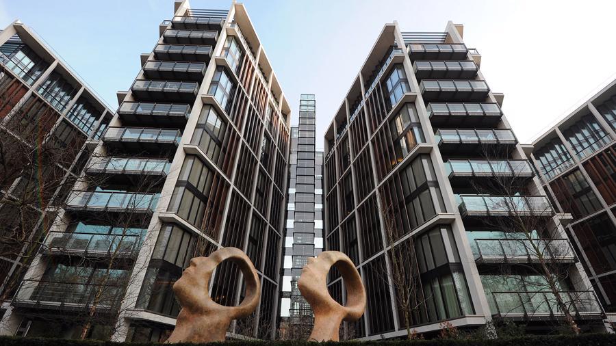 Tháng trước, một căn penthouse khác rộng 1.300 m2 chưa hoàn thiện nội thất tại One Hyde Park được bán với giá 157 triệu USD. Theo Knight Frank, tính cả thuế và chi phí nội thất, giá căn hộ này có thể lên tới 212-226 triệu USD.