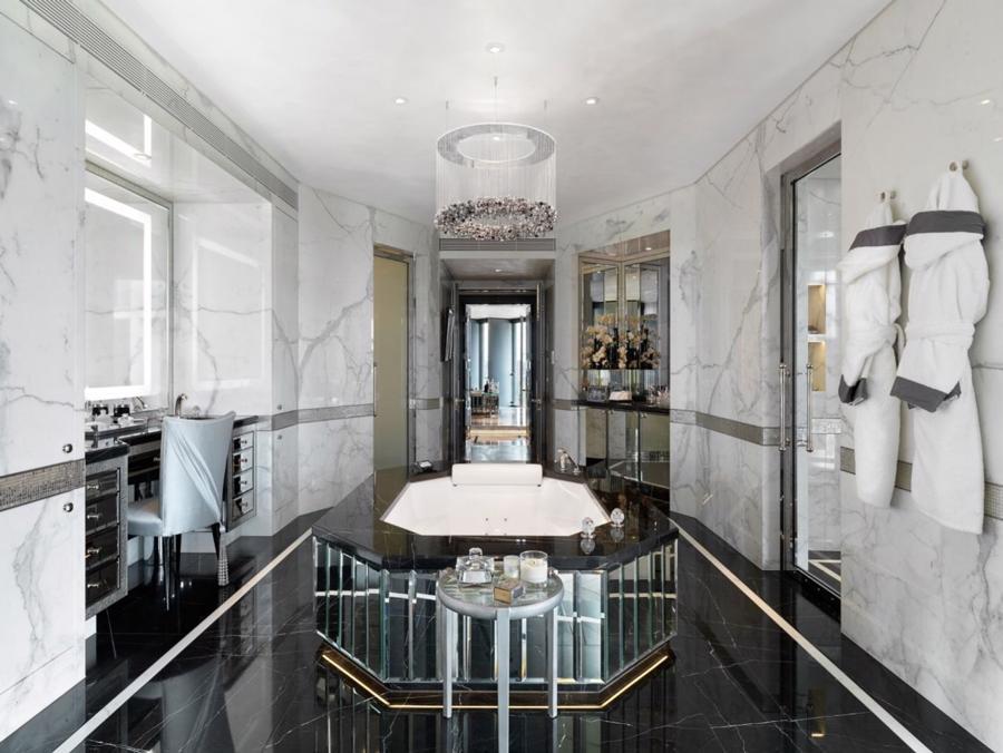 Phòng tắm vời sàn và tường ốp đá cẩm thạch.