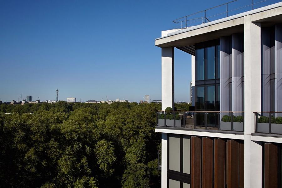 Không chỉ căn penthouse trên, tòa nhà One Hyde Park cũng có nhiều căn hộ đắt đỏ với giá từ khoảng 28 triệu USD. Đây là nơi có cửa hàng đồng hồ Rolex lớn nhất tại châu Âu cũng như cửa hàng McLaren với 6 siêu xe triệu đô sáng bóng được trưng bày.