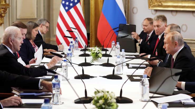 Tổng thống Mỹ Joe Biden, Tổng thống Nga Vladimir Putin, cùng quan chức hai nước tại cuộc gặp thượng đỉnh ngày 16/6 ở Geneva - Ảnh: Tass/Getty.