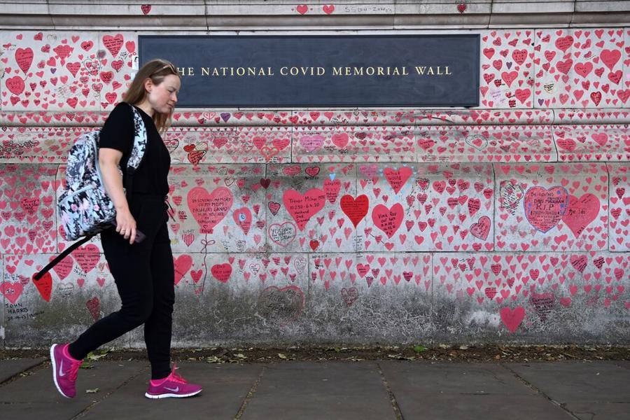 Bức tường trái tim tưởng nhớ bệnh nhân Covid-19 tại London, Anh - Ảnh: Washington Post