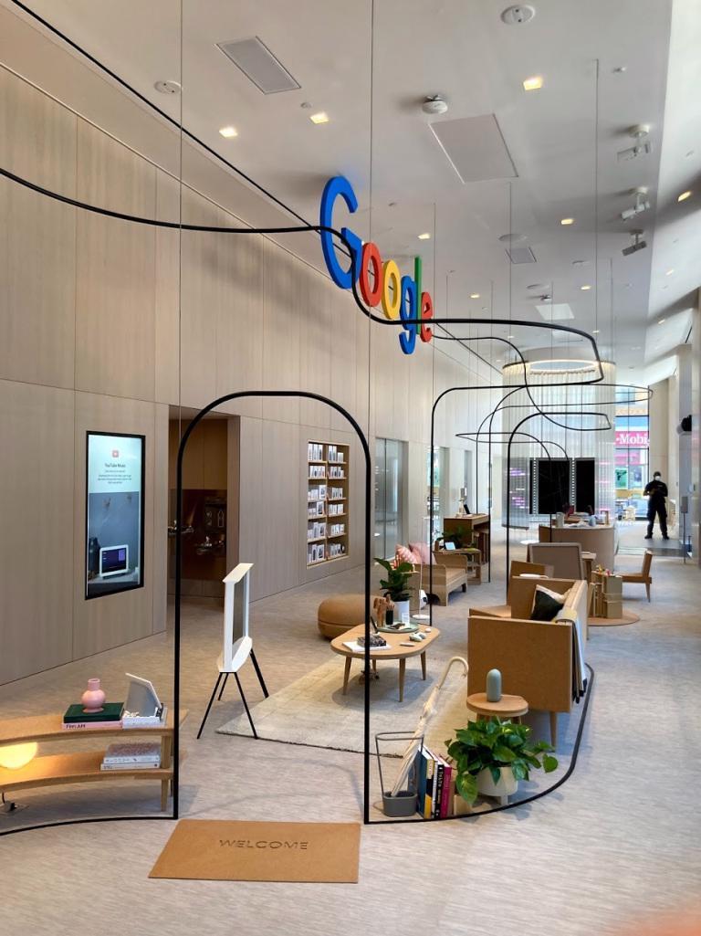 Tại cửa hàng bán lẻ, ngoài các thiết bị của Google khách hàng còn có thể thấy một số phụ kiện của bên thứ ba.