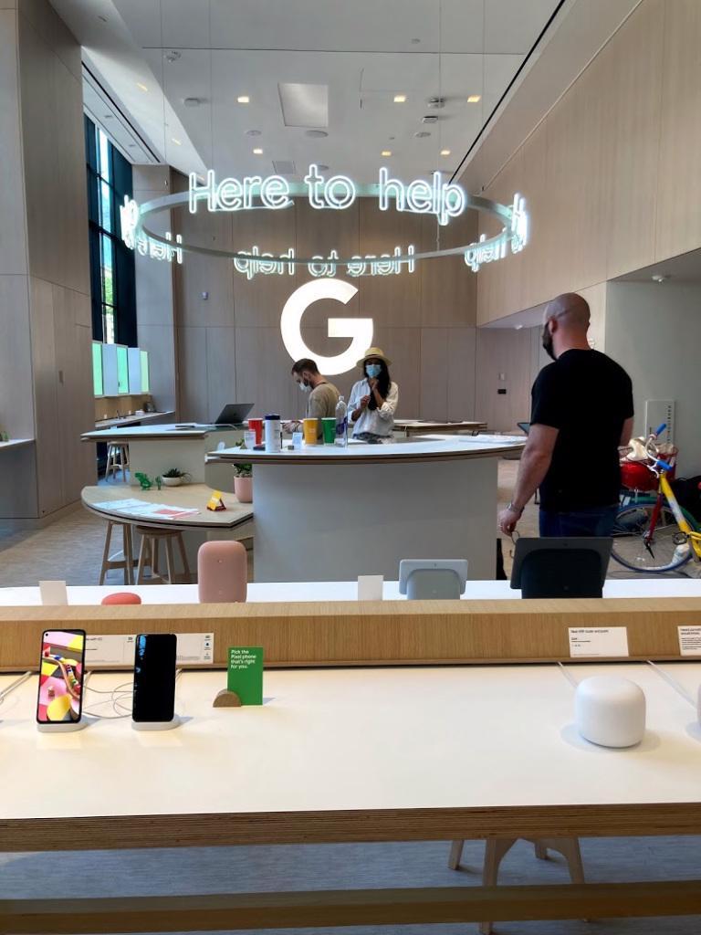 Cửa hàng có các nhân viên để hỗ trợ cho khách hàng trải nghiệm và mua sản phẩm.
