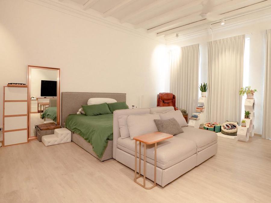 Phòng ngủ rộng rãi, nơi Sylvia và chú chó cưng của mình chia sẻ không gian với nhau. Ngoài ra, hệ thống ánh sáng và rèm được thiết kế để nơi đây có thể chuyển thành không gian chụp hình quảng cáo bất cứ lúc nào.