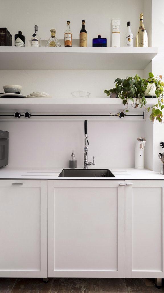 Gia chủ nấu ăn hàng ngày, vì vậy nhà bếp phải có chỗ chứa đồ rộng rãi và đầy đủ chức năng. Tất cả các dụng cụ nấu ăn và đồ dùng nhà bếp được cất trong tủ bếp tùy chỉnh để khuất tầm nhìn sau khi nấu xong.