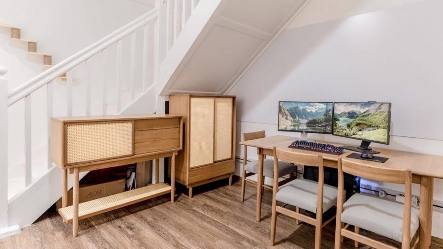 Bản thân các kệ chứa đồ rộng rãi giúp duy trì sự gọn gàng cho không gian, đồng thời duy trì nét thẩm mỹ cổ điển cho ngôi nhà.