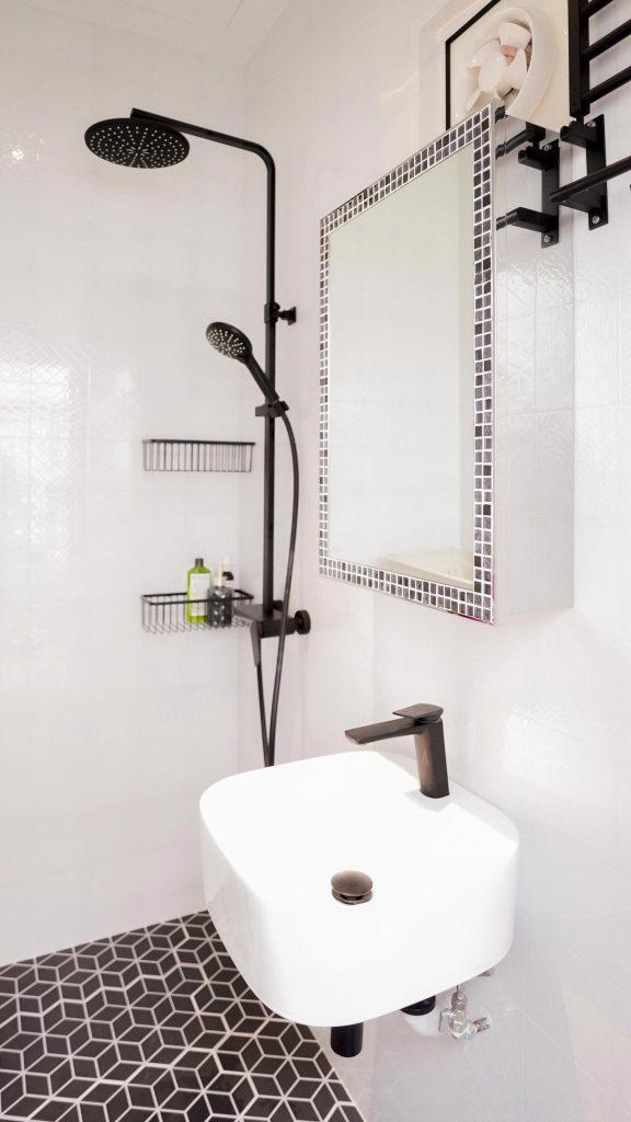 """Tất cả bốn phòng tắm đều được trang trí theo chủ đề đen và trắng. Chúng được cho là """"giống nhau nhưng khác nhau""""! Mỗi phòng tắm đều có phong cách tối giản đơn sắc, nhưng nếu bạn nhìn kỹ, các chi tiết là duy nhất cho mỗi phòng."""