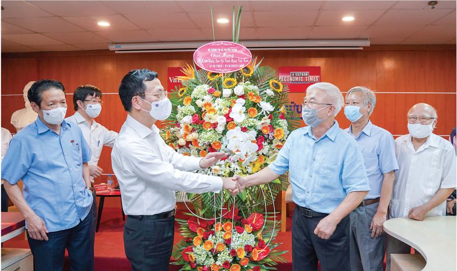 Bộ trưởng Bộ Thông tin và Truyền thông Nguyễn Mạnh Hùng trao lẵng hoa chúc mừngTạp chí Kinh tế Việt NamNhân dịp kỷ niệm 96 năm Ngày Báo chí Cách mạng Việt Nam 21/6.