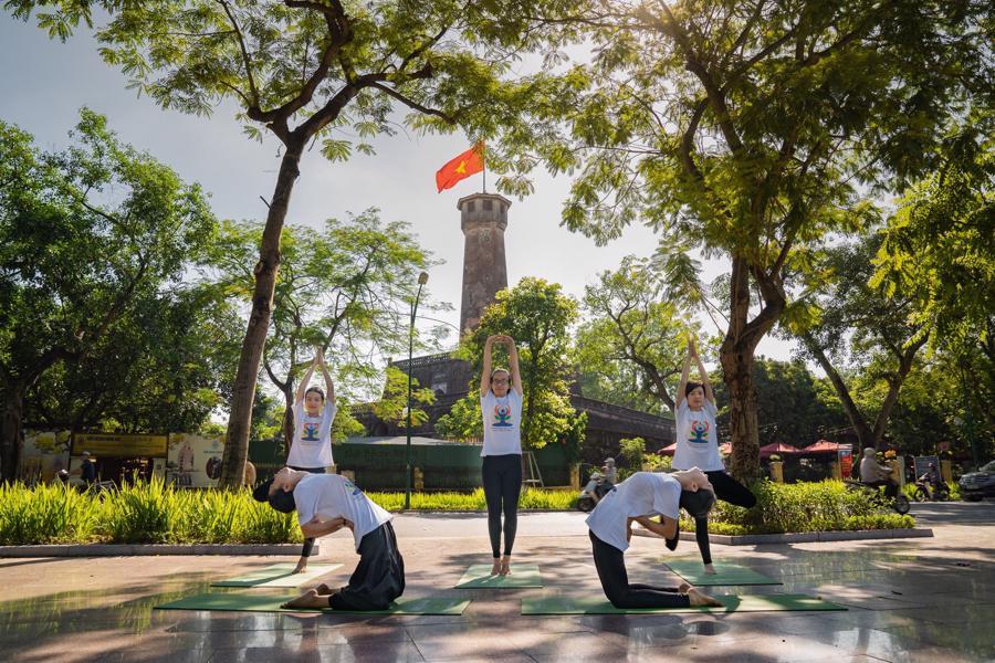 Màn tập Yoga buổi sáng được thực hiện tại Hồ Gươm và Cột cờ Hà Nội vào năm 2019.