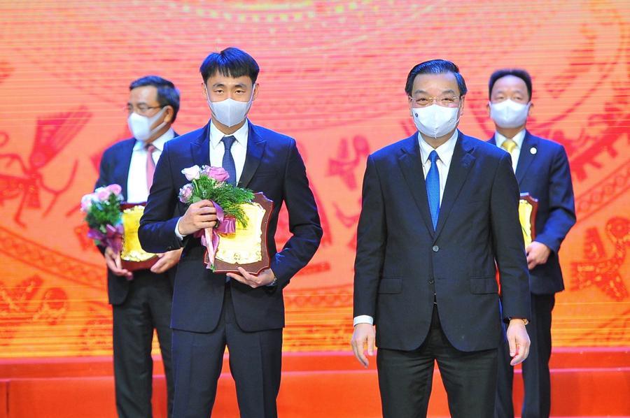 Chủ tịch UBND Hà Nội Chu Ngọc Anh trao biểu trưng cảm ơn đại diện Tập đoàn HDMon Holdings.