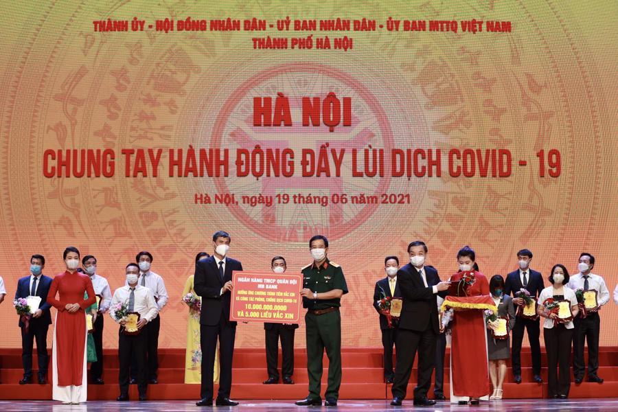 MB góp thêm 10 tỷ đồng cùng Hà Nội chiến thắng Covid-19 - Ảnh 1