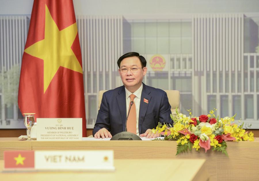 Chủ tịch Quốc hội Vương Đình Huệ trao đổi tại buổi hội đàm trực tuyến - Ảnh: Quochoi.vn