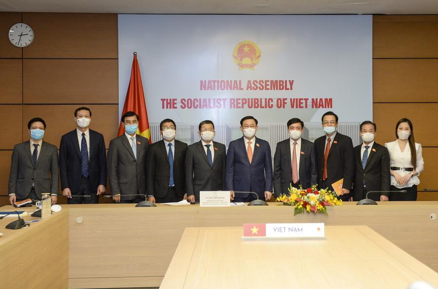Các đại biểu Việt Nam dự hội đàm trực tuyến - Ảnh: Quochoi.vn