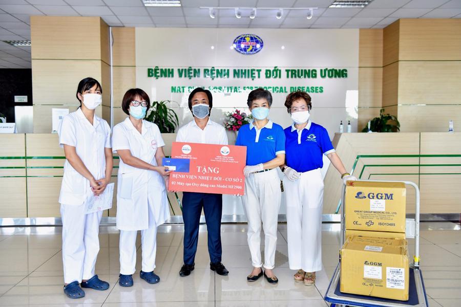 Bà Trần Hải Anh - Chủ tịch Quỹ Hành Trình Xanh tặng 2 máy tạo oxy cho bệnh viện nhiệt đới Trung ương ngày 17/6/2021.