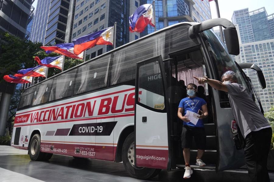 Xe buýt vận động tiêm vaccine Covid-19 tạiTaguig, Philippines - Ảnh: AP