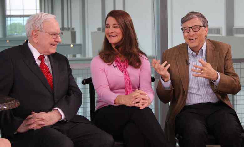 Tỷ phú Warren Buffett (ngoài cùng bên trái) và vợ chồng tỷ phú Bill Gates - Ảnh: AP