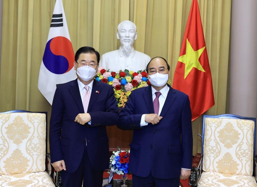 Chủ tịch nước Nguyễn Xuân Phúc vàBộ trưởng Ngoại giao Hàn Quốc Chung Eui Yong - Ảnh: Bộ Ngoại giao