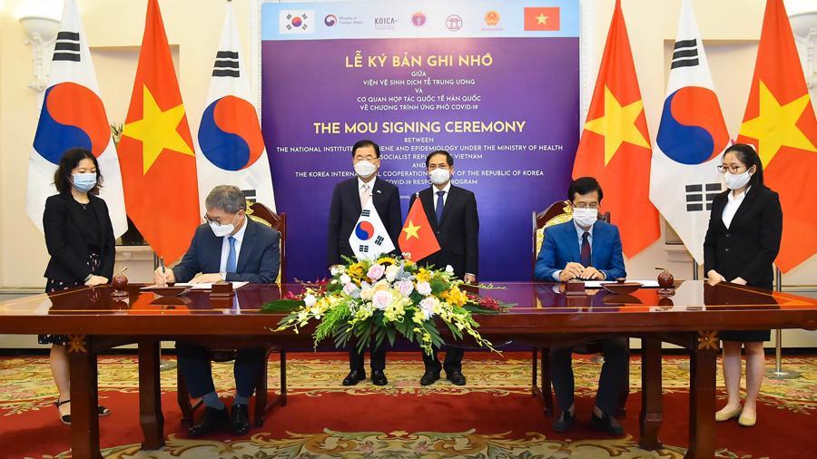 lễ ký Bản ghi nhớ về Chương trình ứng phó Covid-19 giữa Viện vệ sinh dịch tễ trung ương và Cơ quan hợp tác quốc tế Hàn Quốc - Ảnh:Báo TGVN