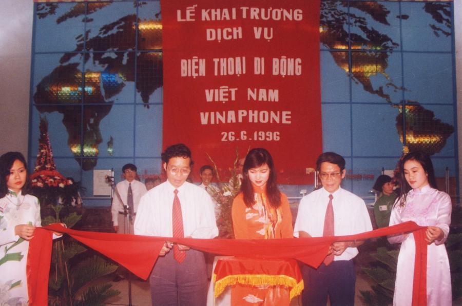 Cắt băng khai trương dịch vụ Di động Việt Nam VinaPhone ngày 26/6/1996.