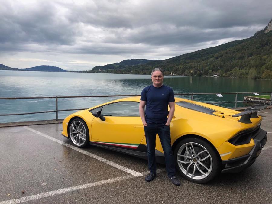 TheoZigwheels, năm 2015, ông trở thành người Ấn Độ đầu tiên giành chiến thắng trong một cuộc đua của Ferrari Challenge Europe - giải đua dành cho người đua xe nghiệp dư - Ảnh: InstagramTỷ phú ngành dệt may sống trong căn nhà có tên JK House - tòa tháp tư nhân cao thứ hai tại Ấn Độ, sau dinh thự Antilia của gia đình tỷ phú Ambani, nằm ở phía nam Mumbai. Theo GQ India, căn nhà này có giá thị trường 81 triệu USD. Vì đam mê ôtô, ôngSinghania dành riêng một khu vực cho bộ sưu tập ôtô của mình trong căn nhà 5 tầng. Căn nhà cũng có spa, bãi đỗ trực thăng và hai bể bơi. Tại đây còn có một bảo tàng riêng trưng bày những kỷ vật liên quan tới việc kinh doanh dệt may của gia tộc Singhania - Ảnh: TwitterTỷ phú Singhania không chỉ đam mê tốc độ mà còn yêu thích cảm giác mạnh trên đại dương. Theo tờ New York Post, ông trùm ngành dệt may Ấn Dộ sở hữu một số tàu cao tốc với tên gọi Goldeneye, Goldfinger, Octopussy và Thunderball. Ông cũng sở hữu một du thuyền có tênMoonraker - có sức chứa 10 người với phòng tập thể hình, rạp chiếu phim... - Ảnh:Instagram