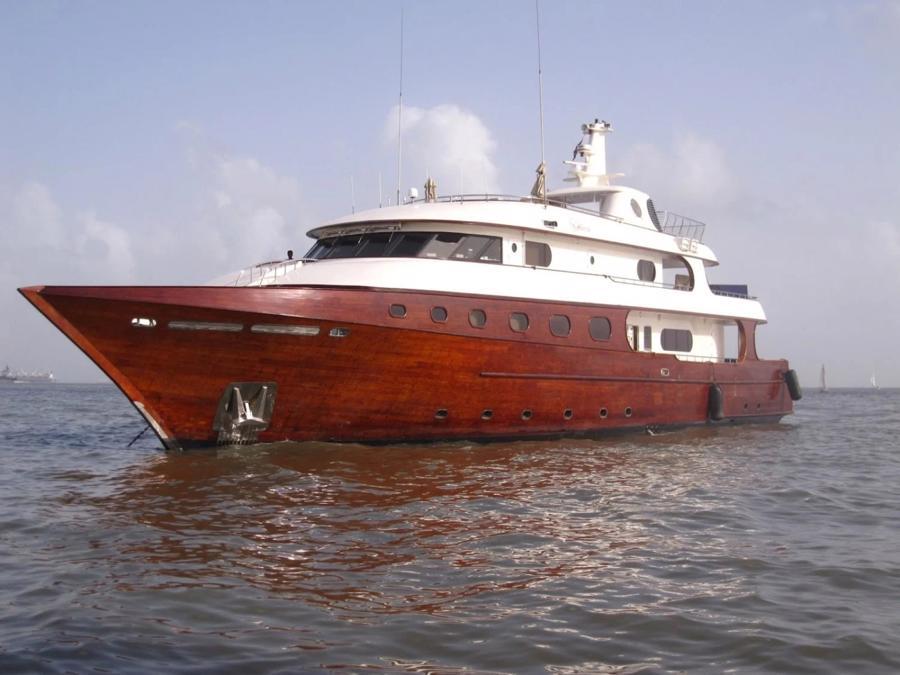 Chưa hết, tỷ phú 55 tuổi còn sở hữu mộtdu thuyền hiếm làm từ gỗ tếch, có tên Ashena. Theo SuperYachtFan, du thuyền này cũng có sức chứa 10 người và 8 thủy thủ - Ảnh:SuperYachtFan