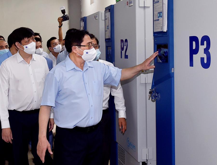 Thủ tướng Phạm Minh Chính thăm khu vực kho lạnh của Viện Vệ sinh dịch tễ Trung ương hiện đang bảo quản vaccine Sputnik-V của Nga. Ảnh: VGP