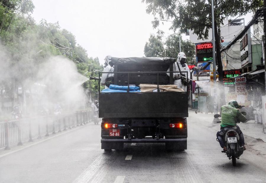 Xe phun thuốc khử trùng tại Tp.HCM ngày 1/6 - Ảnh: Reuters