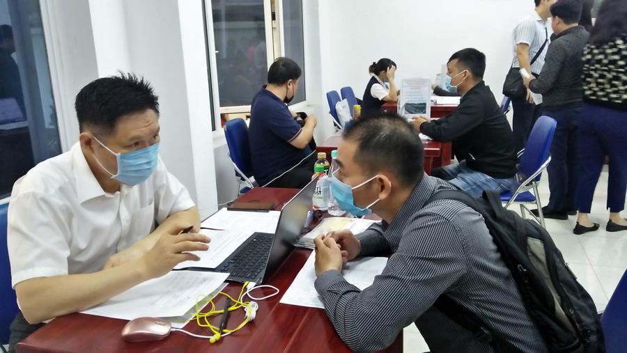 Người lao động đăng ký tìm việc tại một trung tâm dịch vụ việc làm tại Hà Nội. Ảnh - N.Dương.