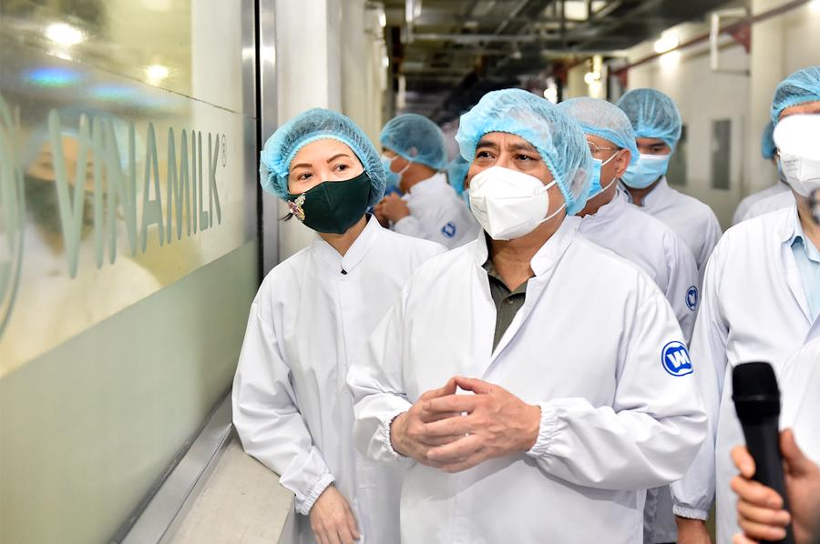 Thủ tướng Phạm Minh Chính đến thăm cơ sở sản xuất của Công ty Sữa Vinamilk tại KCN Mỹ Phước, huyện Bến Cát. Ảnh: VGP.