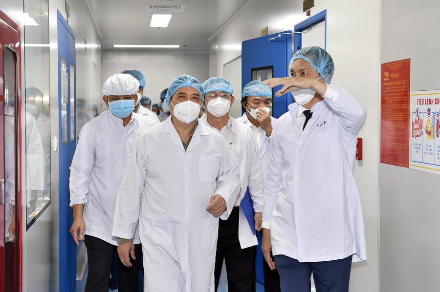 Thủ tướng thăm Công ty cổ phần công nghệ sinh học dược Nanogen-đơn vị nghiên cứu, sản xuất vaccine phòng COVID-19 Nanocovax tại khu công nghệ cao TP Hồ Chí Minh. Ảnh: VGP/Nhật Bắc.