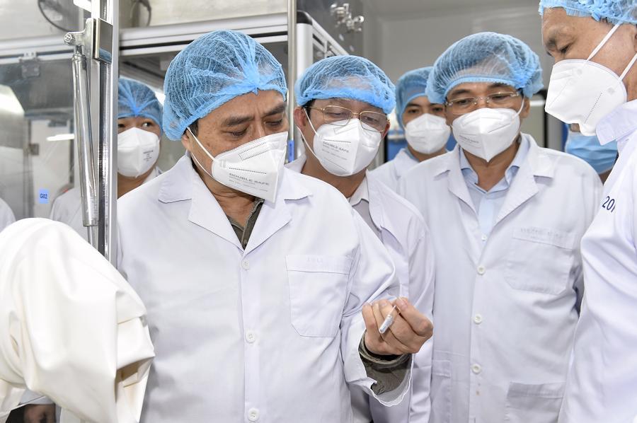 Thủ tướng nghe lãnh đạo công ty giới thiệu về các cải tiến công nghệ . Ảnh: VGP/Nhật Bắc