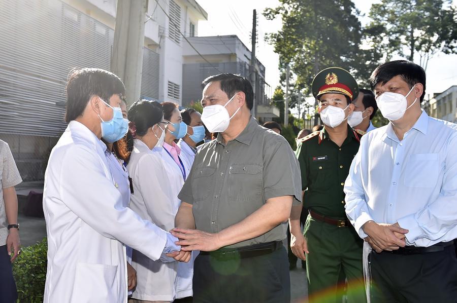 Thủ tướng động viên đội ngũ cán bộ y, bác sĩ BV đa khoa tỉnh Bình Dương nói riêng và đội ngũ y, bác sĩ cả nước nói chung đang ngày đêm chiến đấu bảo vệ sức khỏe người dân. Ảnh: VGP.