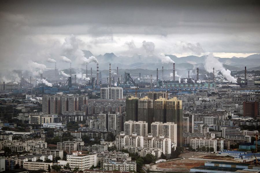 Một khu tổ hợp công nghiệp nặng tại Liễu Châu - Ảnh: Bloomberg