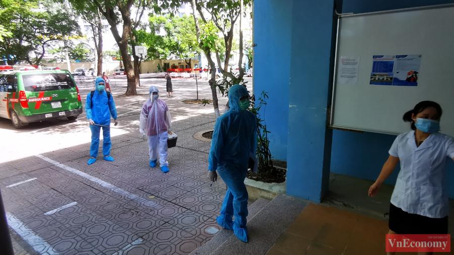 Ngay lập tức, lực lượng y tế quận sẽ có mặt tiến hành phun khử khuẩn những nơi thí sinh đã tới. Bên cạnh đó, cán bộ y tế tiếp tục kiểm tra lại các yếu tố dịch tễ với thí sinh.