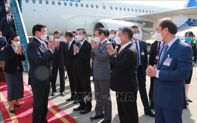 Các đồng chí lãnh đạo Văn phòng Trung ương Đảng, Ban Đối ngoại Trung ương, Văn phòng Chủ tịch nước đón Tổng Bí thư, Chủ tịch nước Lào Thongloun Sisoulith và Phu nhân tại sân bay Nội Bài - Ảnh: TTXVN.