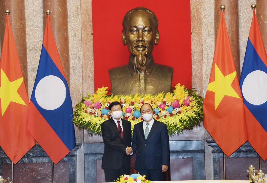 Chủ tịch nước Nguyễn Xuân Phúc hội kiếnTổng Bí thư, Chủ tịch nước Lào Thongloun Sisoulith - Ảnh: VGP