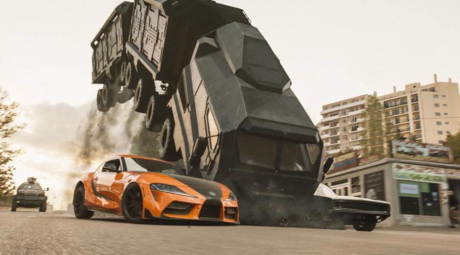 Một trong những cảnh hành động đắt giá là khi chiếc xe tải nhiều toa như con rắn khổng lồ bị bốn chiếc xe con kìm chặt, xe tải dựng đứng lên như robotrồi bị lật ngửa lại.