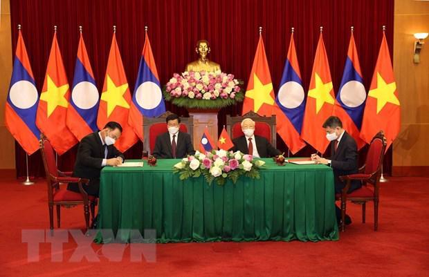 Hai Tổng Bí thư chứng kiến lễ ký kết một loạt văn kiện hợp tác Việt Nam - Lào nhân chuyến thăm củaTổng Bí thư, Chủ tịch nước Thongloun Sisoulith - Ảnh: TTXVN