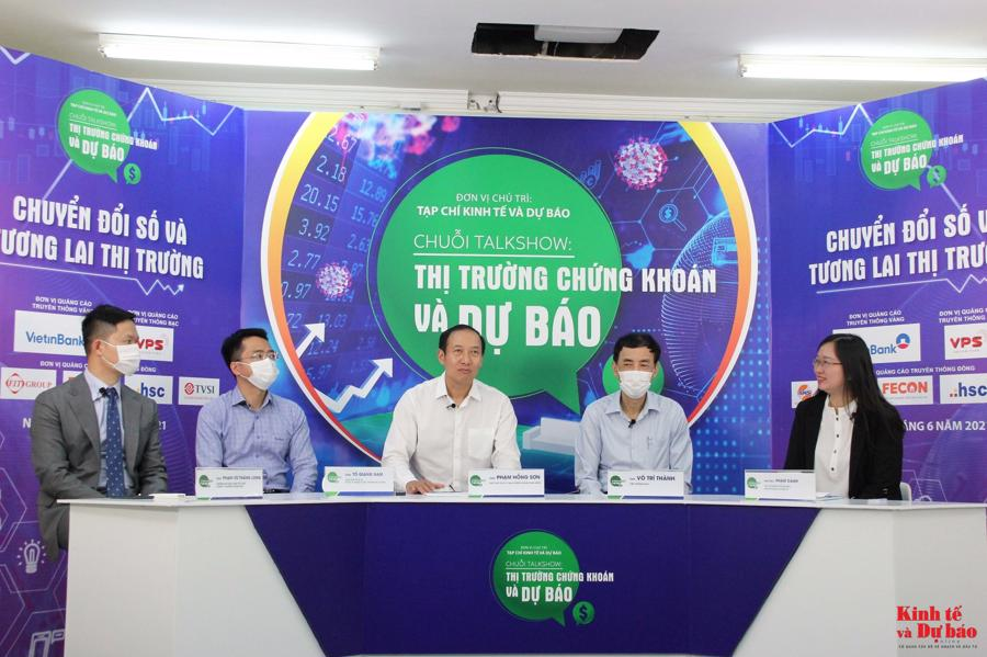 Phó Chủ tịch UBCKNN Phạm Hồng Sơn (giữa) chia sẻ tại buổi toạ đàm sáng 30/6.
