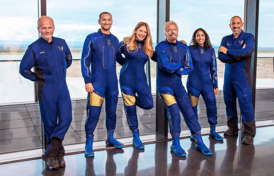 Tỷ phú Richard Branson (thứ ba từ phải sang) cùng thành viên phi hành đoàn Virgin Galactic Unity22 - Ảnh: Virgin Galactic