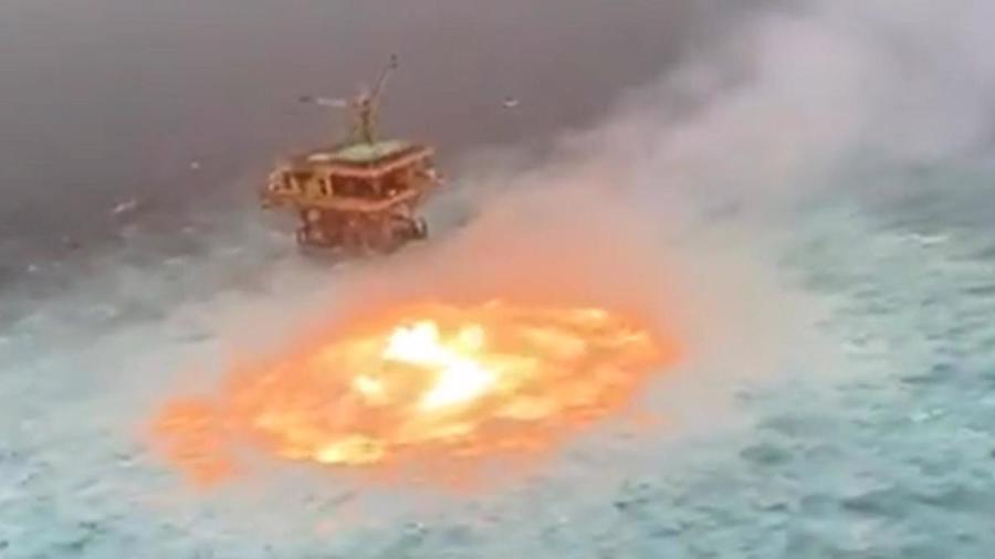 Vụ cháy xảy ra gần một giàn khoan dầu - Ảnh:ABC7