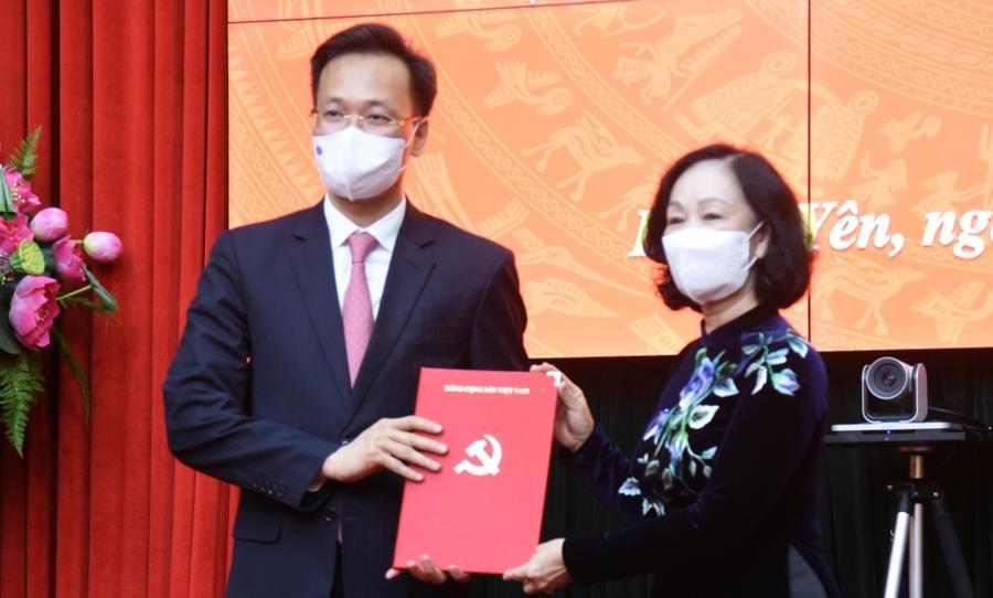 Bà Trương Thị Mai trao quyết định cho ông Nguyễn Hữu Nghĩa - Ảnh: VGP.