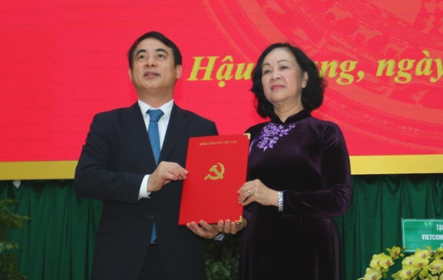 Bà Trương Thị Mai trao quyết định cho ông Nghiêm Xuân Thành - Ảnh: VGP.