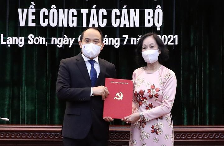 Bà Trương Thị Mai trao quyết định cho ông Nguyễn Quốc Đoàn - Ảnh: VGP.